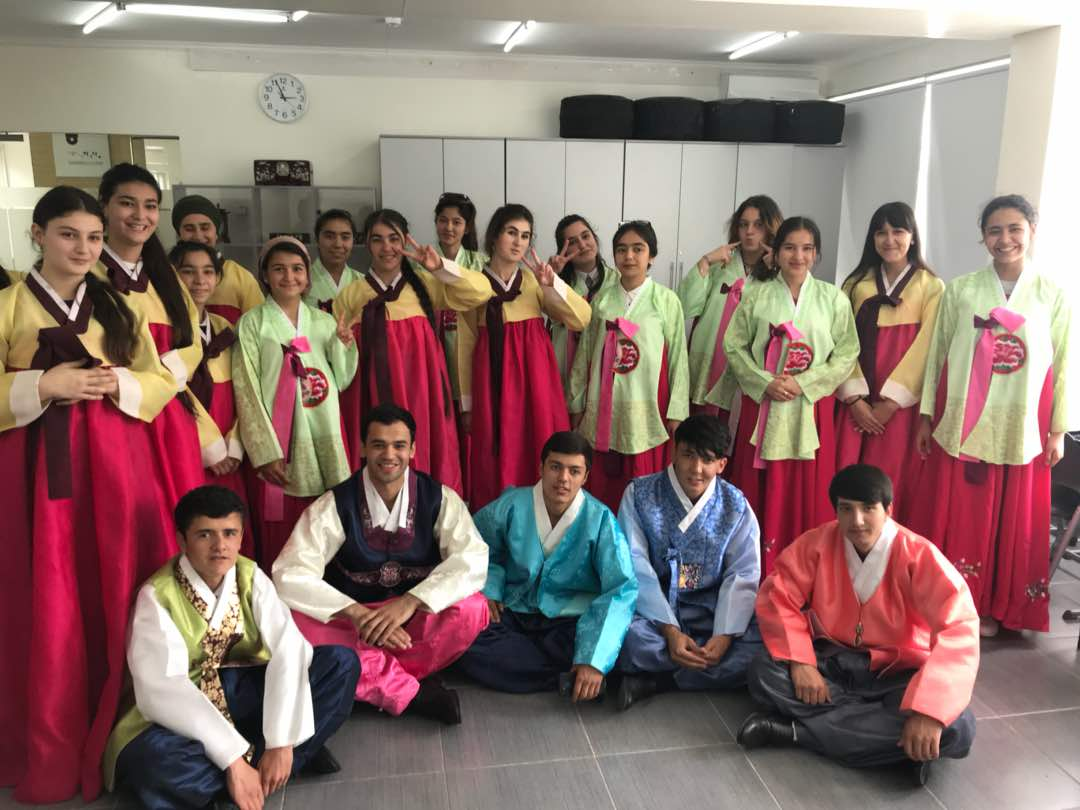 tadzhikskie-studenty-v-den-Korei.jpg