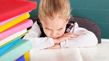 «Вырастешь и будешь дворником или уборщицей». Как усадить ребенка за уроки?